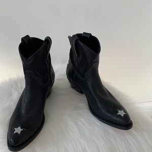 Cropped leather cowboy boot with stars